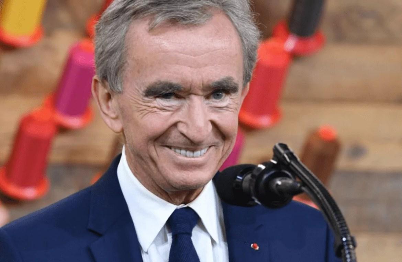 Foto mostra homem idoso de terno sorrindo.