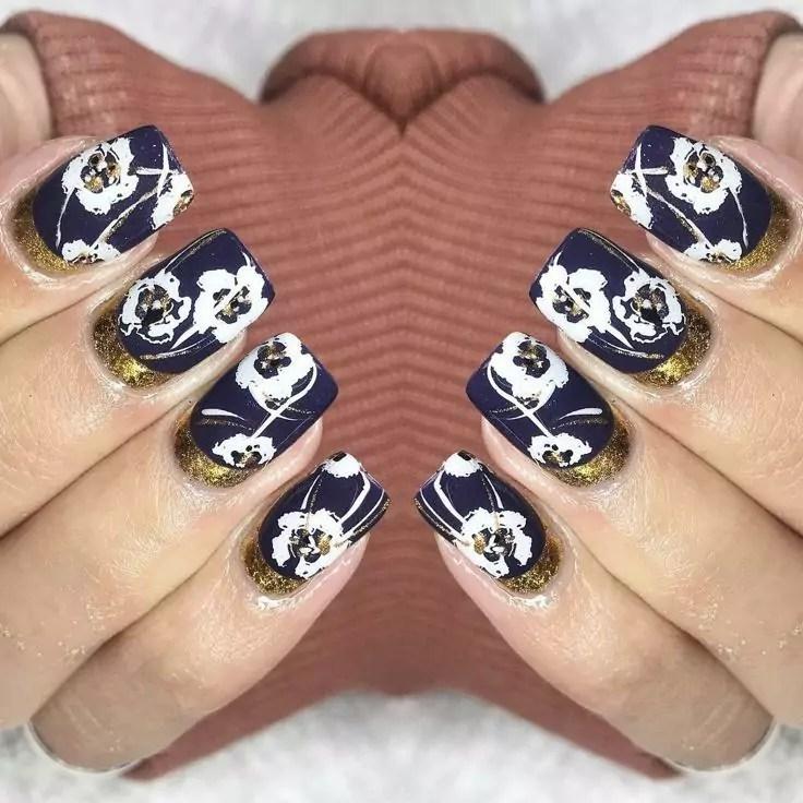 Unhas da mão com esmalte preto e flores brancas Unhas decoradas 2020