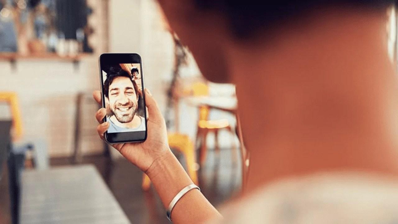 Imagem mostra homem conversando por vídeo chamada com amigo