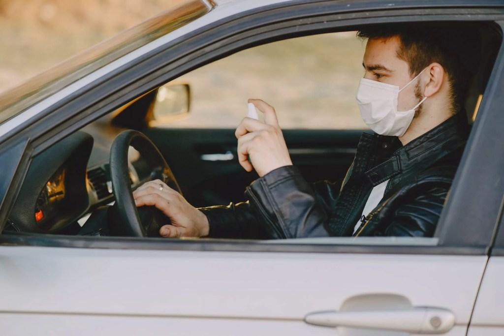 Uso de mascara e higienização para deixar sua viagem de carro mais segura