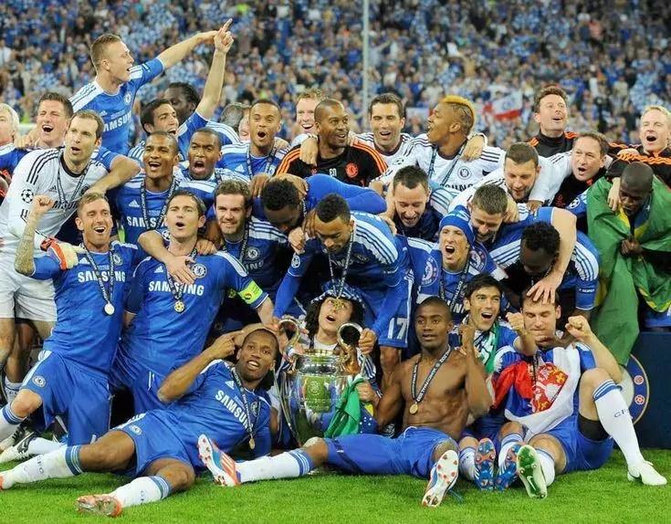Equipe do chelsea no gramado comemorando o título da Champions League em 2012