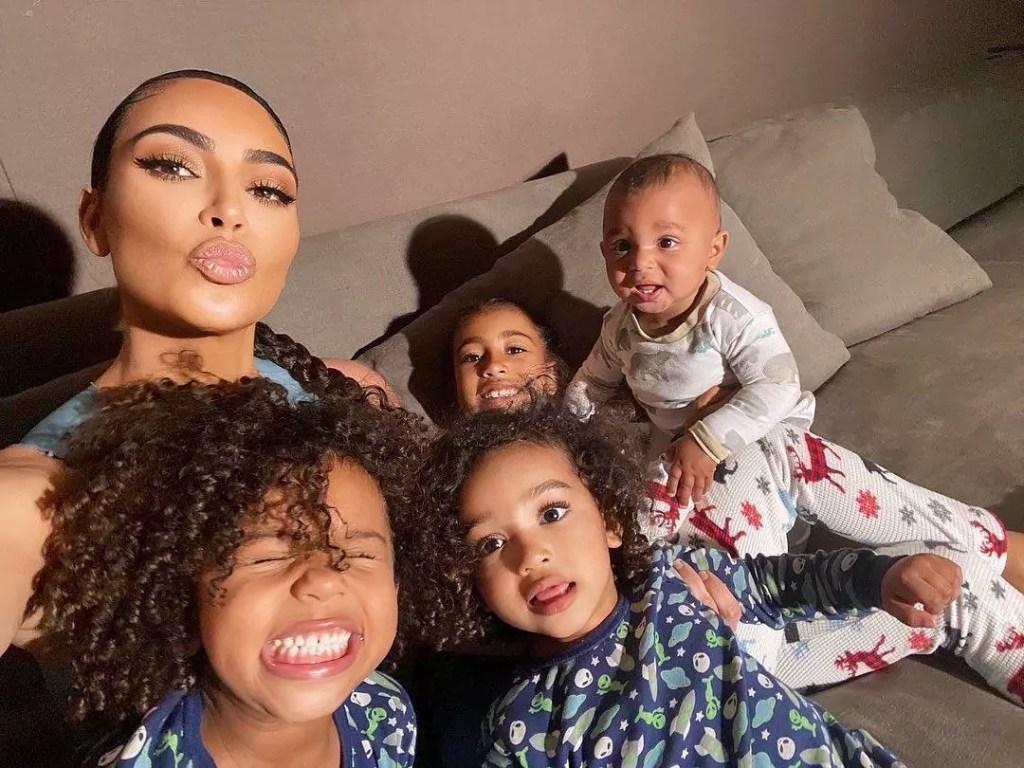 Kim Kardashian faz biquinho e posa com os quatro filhos orth, Saint, Chicago, e Psalm