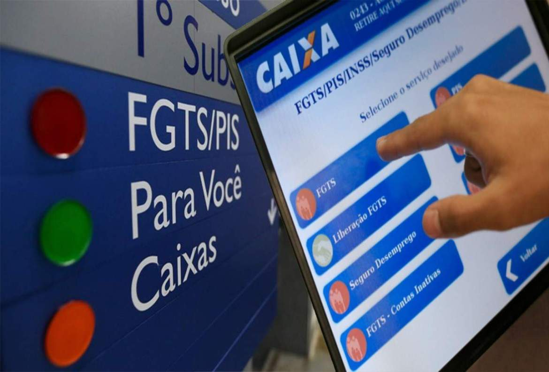 placa indicando locais de atendimento dentro do banco e na frente um monitor digital com a opção FGTS