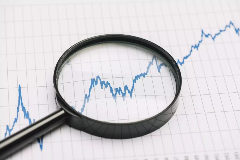 Gráfico de ações com lupa em cima