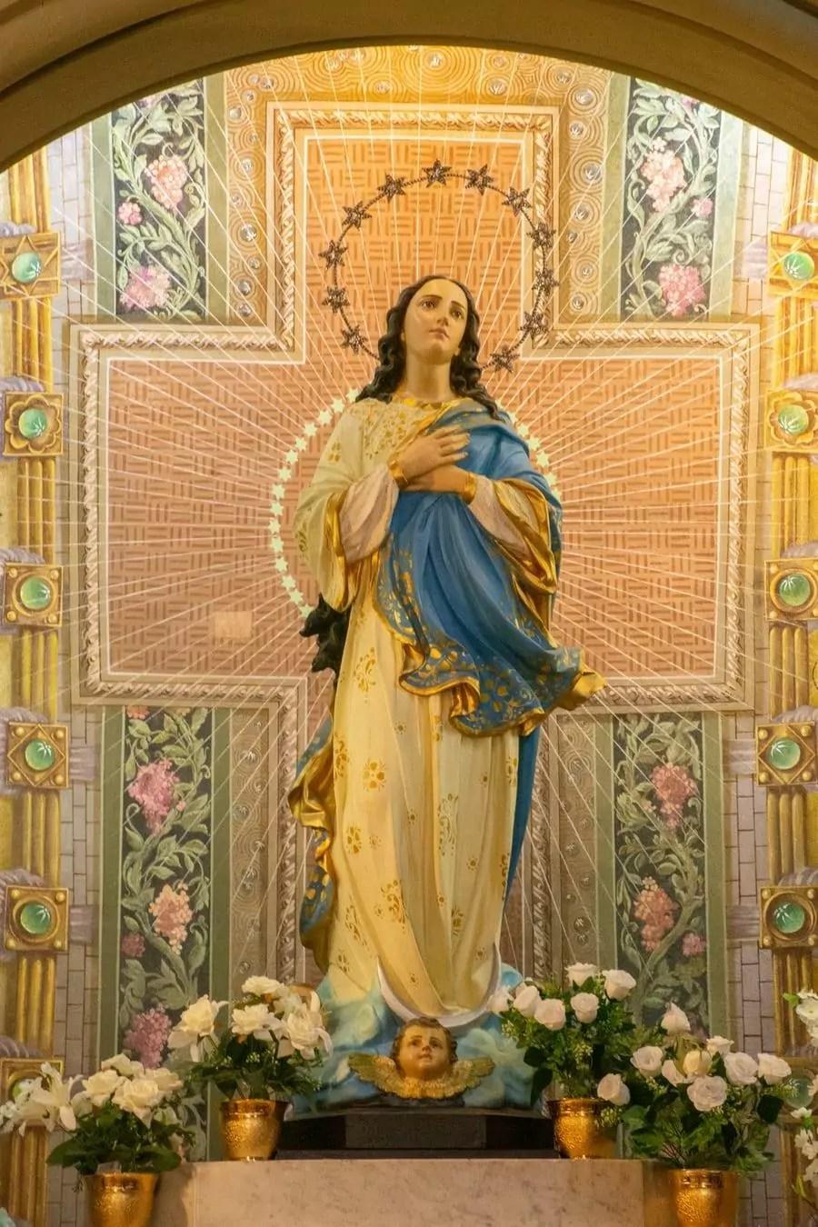 Uma estátua de Nossa Senhora Aparecida