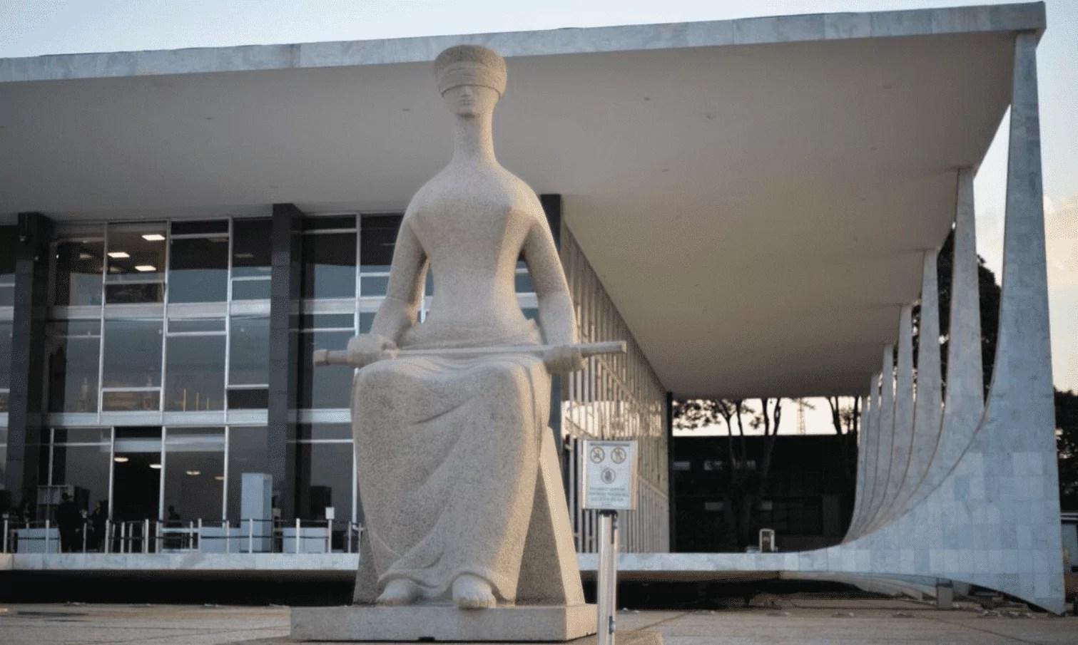 Foto mostra símbolo do poder judiciário em Brasília.