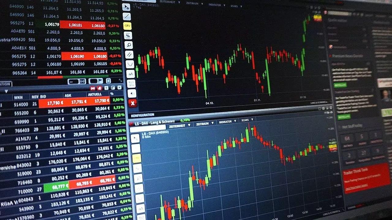 Telas simulando investimento em ações no exterior