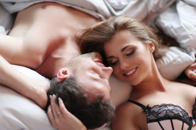 Casal na cama sorrindo