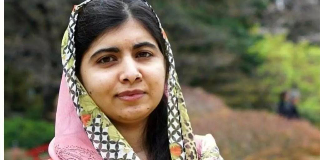 Malala Yousafzai posada olhando para frente