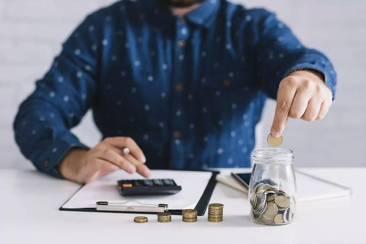 Homem contando sua renda extra