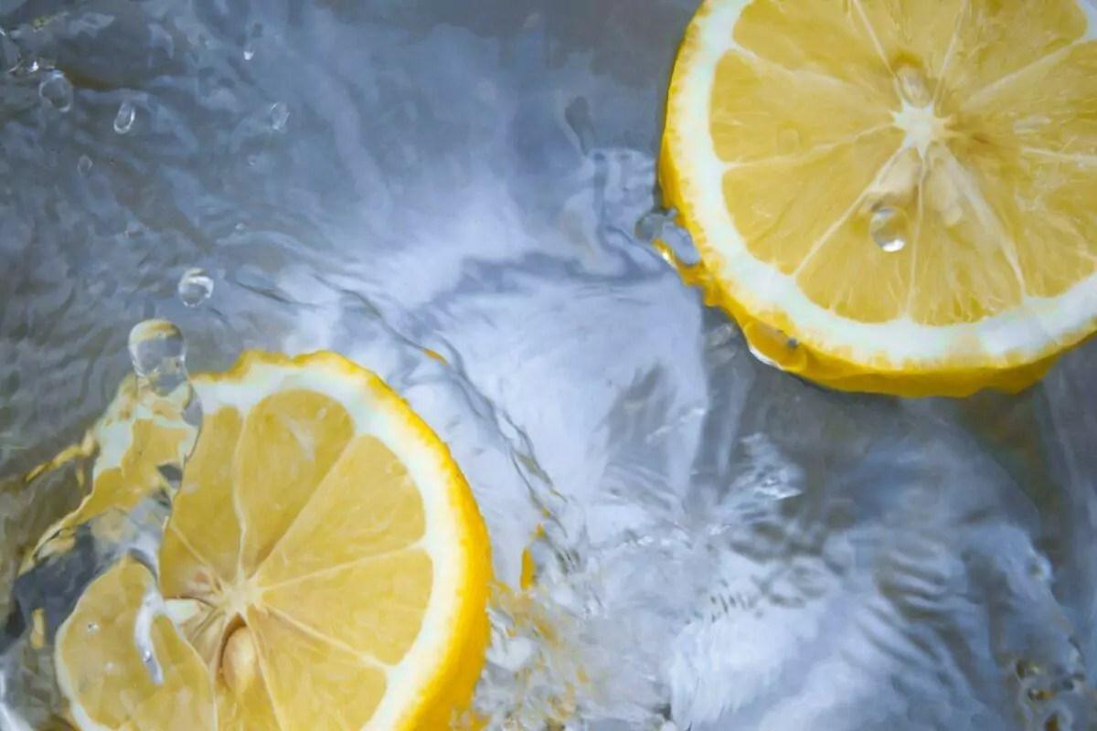 limão imerso em água em uma imagem refrescante