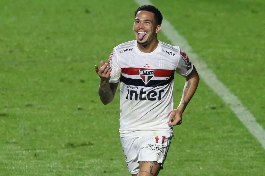 Luciano comemora gol diante do Athletico PR, no Campeonato Brasileiro