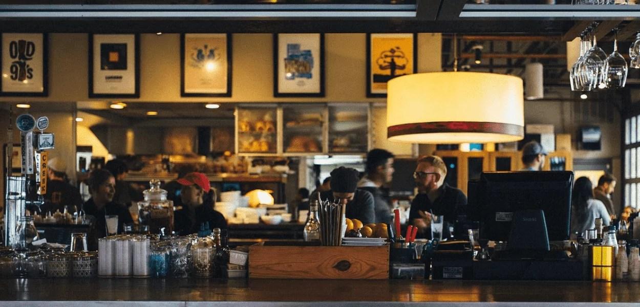 Restaurantes e bares endividados sofrem para retomar