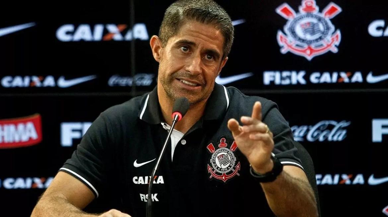 Cotado para ser o novo técnico, Sylvinho já foi auxiliar do Corinthians