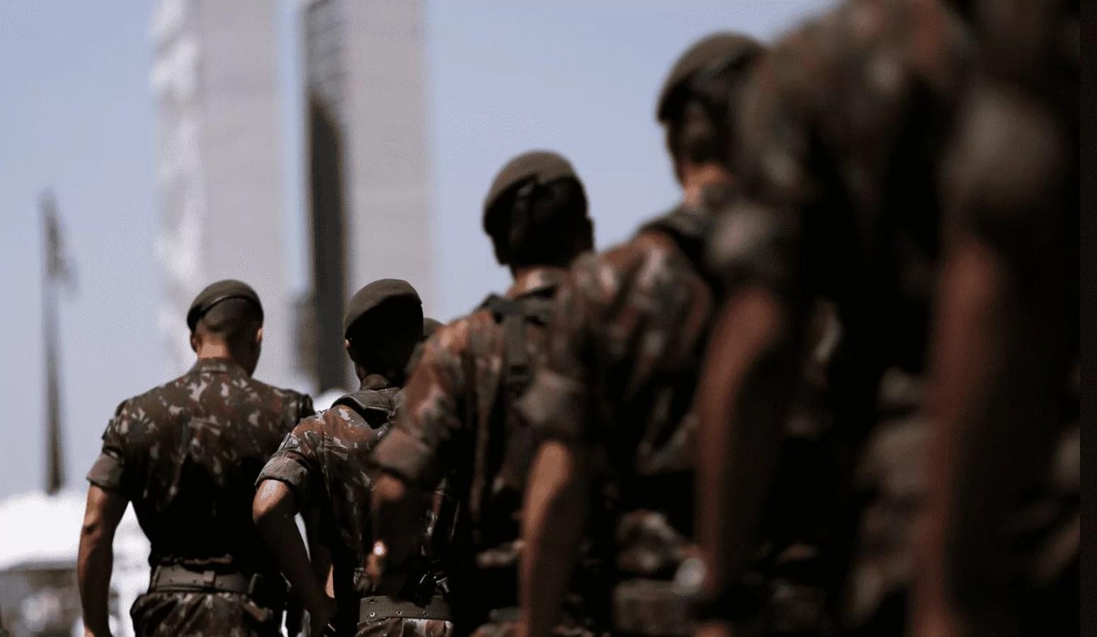 Foto mostra agentes militares