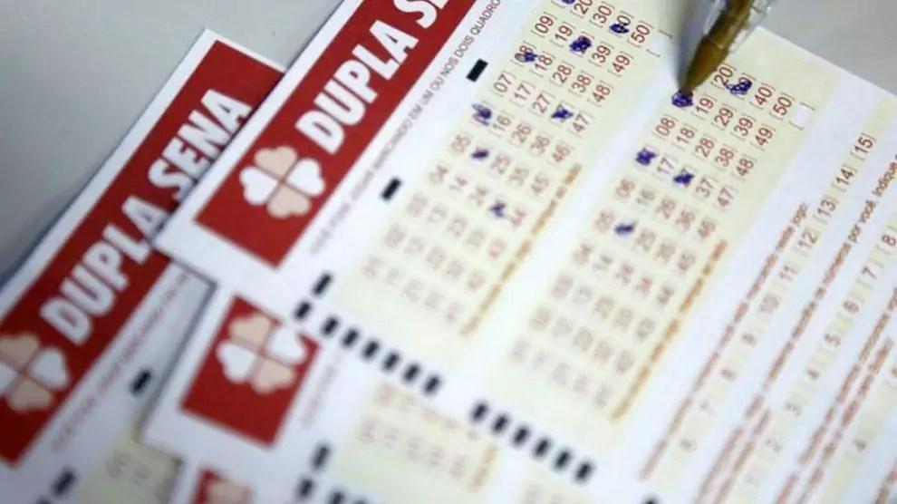 Dupla Sena concurso 2143 - caneta marcando números no volante da Dupla Sena