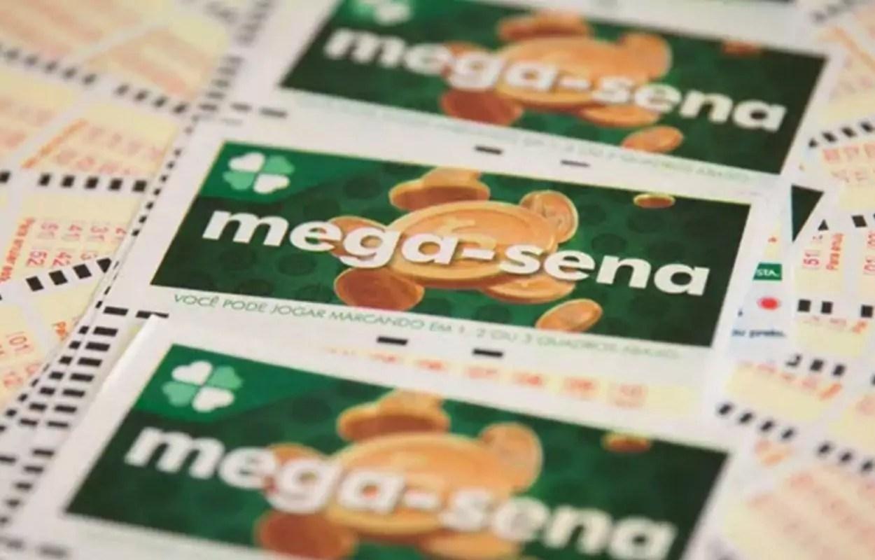 Mega-Sena concurso 2311- A imagem mostra três volantes da Mega-Sena em destaque