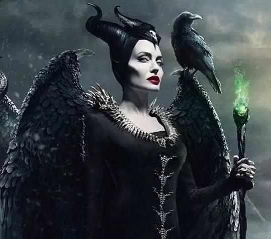 Imagem mostra Angelina Jolie caracterizada de Malévola