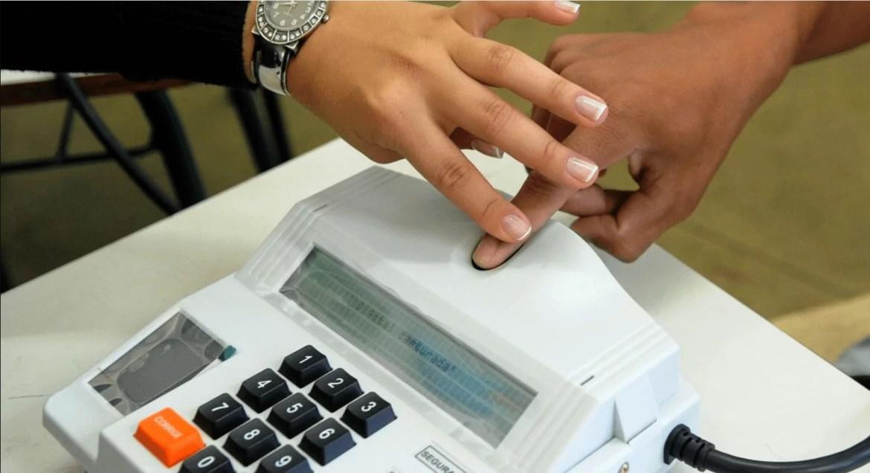 Foto mostra pessoa cadastrando biometria