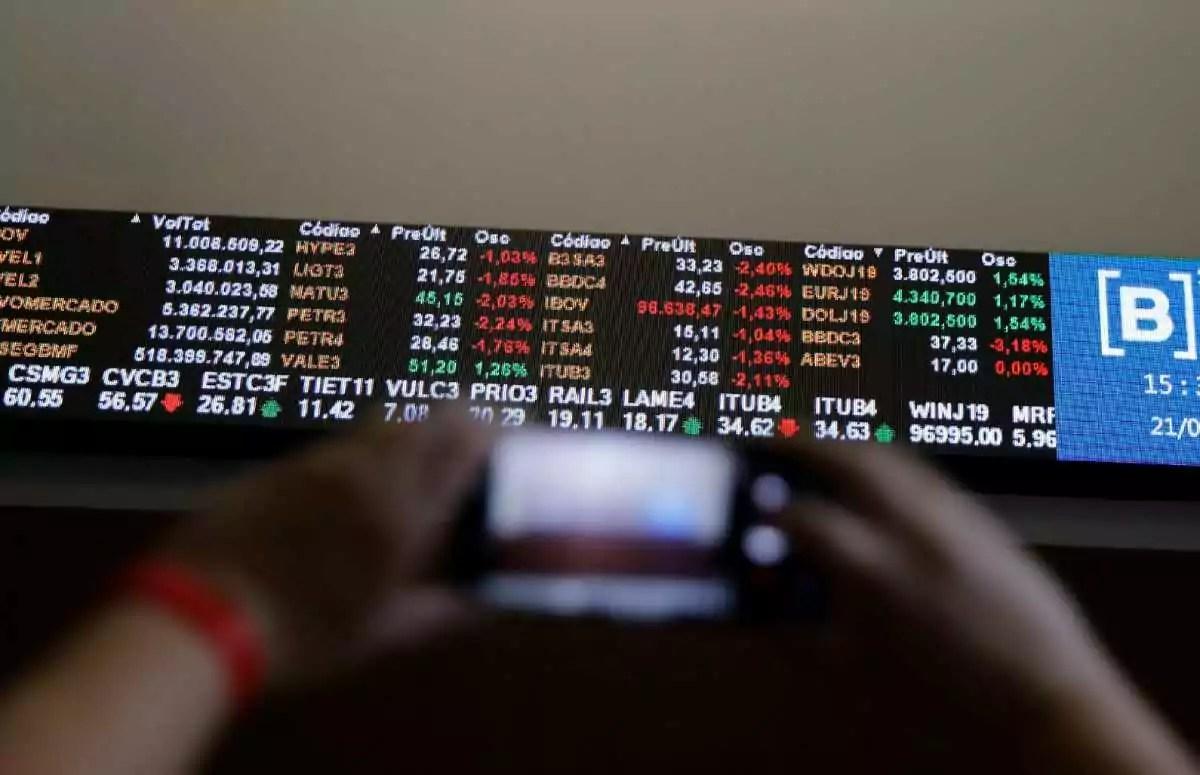 painel com cotações, investidor buscando ações baratas
