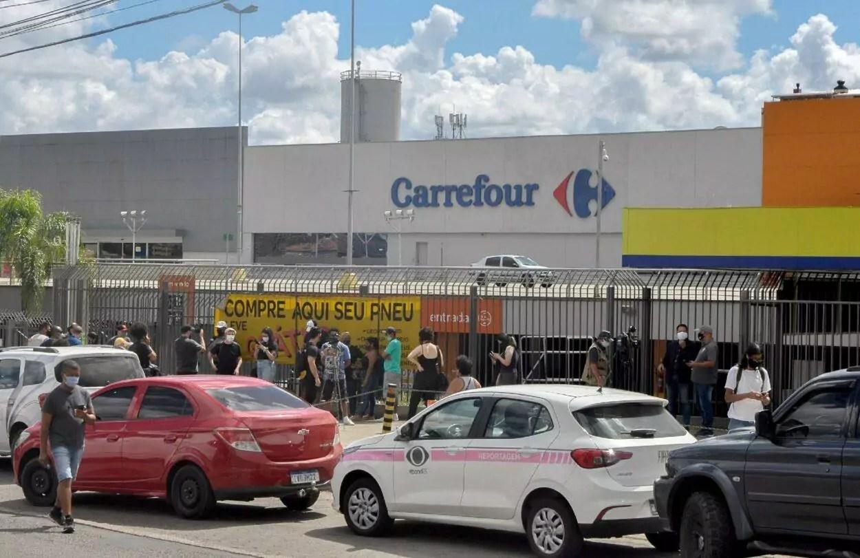 manifestação na frente do Carrefour sobre o Caso João Alberto