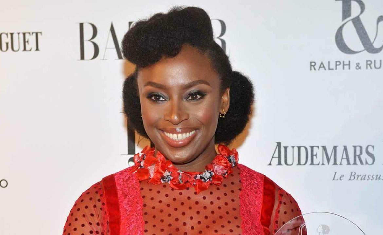Chimamanda Ngozi Adichie é eleita a melhor