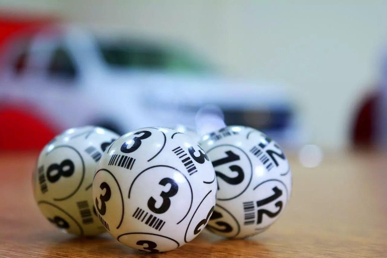 Loteria Federal 5516 - a imagem mostra três bolas de sorteios com os números 3, 8 12
