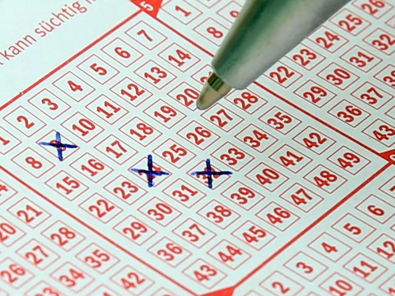 Timemania de ontem - A imagem mostra uma caneta marcando números em um volante de loteria