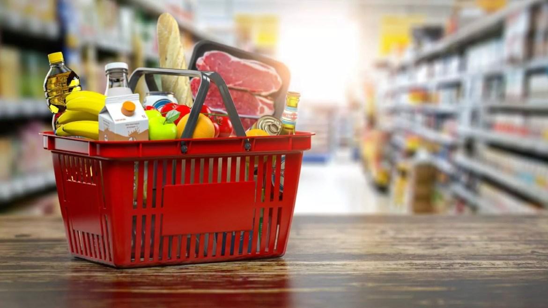 A imagem mostra uma cesta de supermercado com diversos produtos