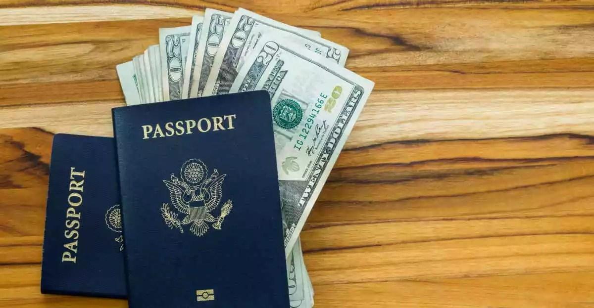 cidadania europeia: passaporte em cima da mesa com notas de dólares