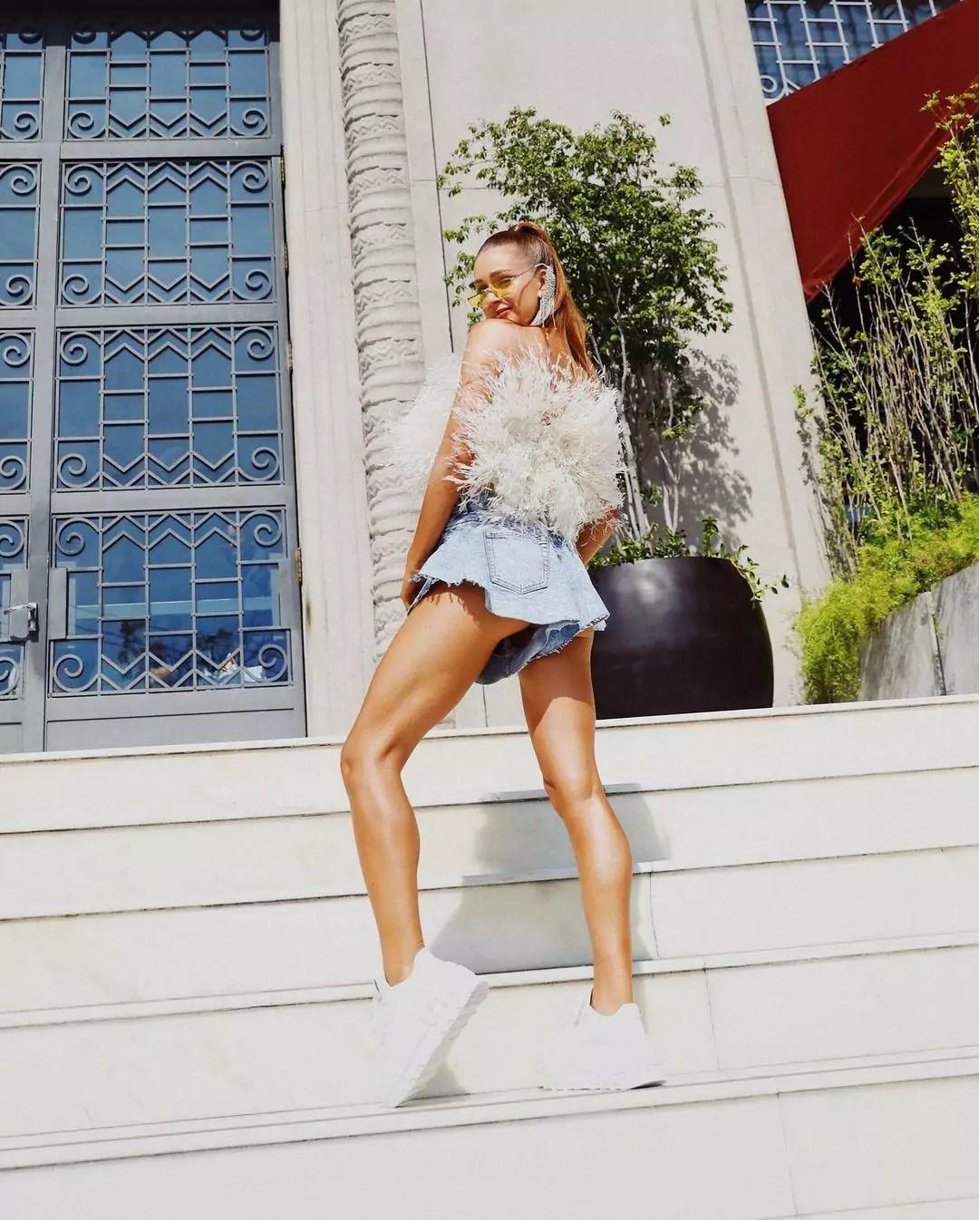 Imagem mostra Marina Ruy Barbosa com short godê jeans