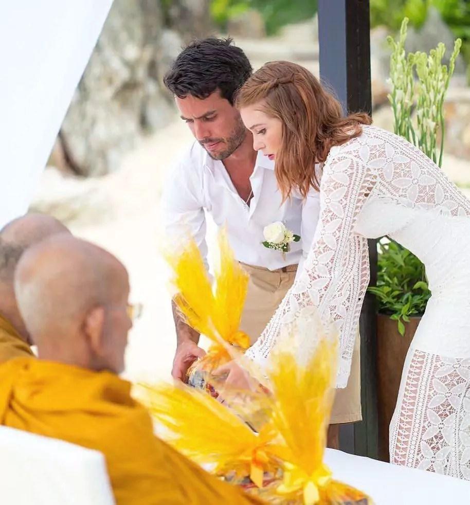 Imagem mostra benção budista de Marina Ruy Barbosa e Alexandre Negrão