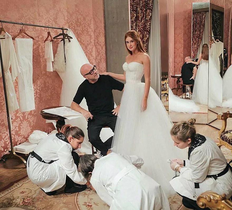 Imagem mostra vestido de noiva da atriz