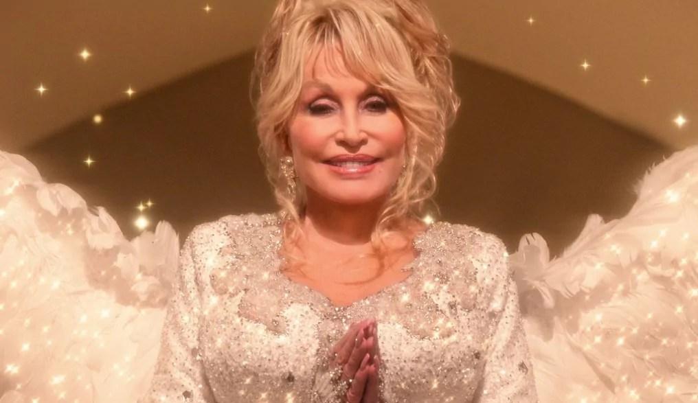 Foto da cantora Dolly Parton em matéria sobre pessoas pobres que ficaram ricas