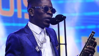Photo of Shatta Wale presents his 'Most Popular Song' Award to Stonebwoy at the 2019 4Syte Music Video Awards