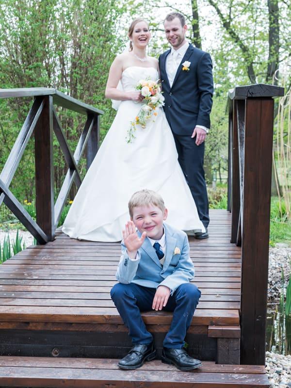 Bilder von der Hochzeit mit Kind auf der Brücke