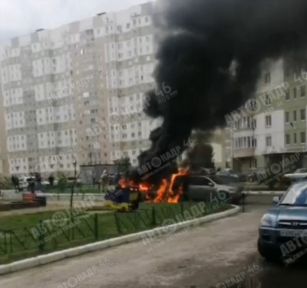 Курск. Во дворе на Клыкова сгорели две машины