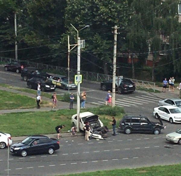 Авария в Курске: «Кадиллак» отбросило на столб