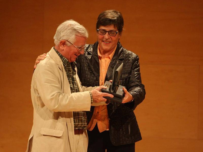 """En Tomàs rebent el premi """"Liber Press""""."""
