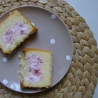 Cake met aardbei-roomkaasvulling