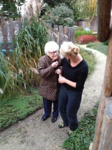 met mijn demente moeder in de tuin