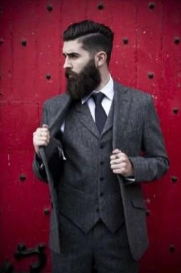 Manners-Stijlinspiratie-de-contrasterende-Suit-and-Beard-combinatie-30