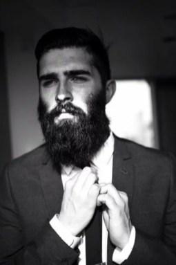 Manners-Stijlinspiratie-de-contrasterende-Suit-and-Beard-combinatie-34