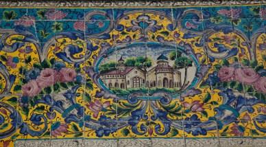 外牆上花卉圖案的磁磚,顏色豐富