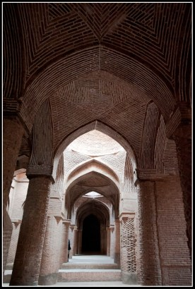 清真寺內的廊柱,全用土磚砌成