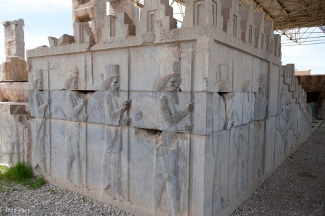 Apadana東面和北面梯級上的浮雕