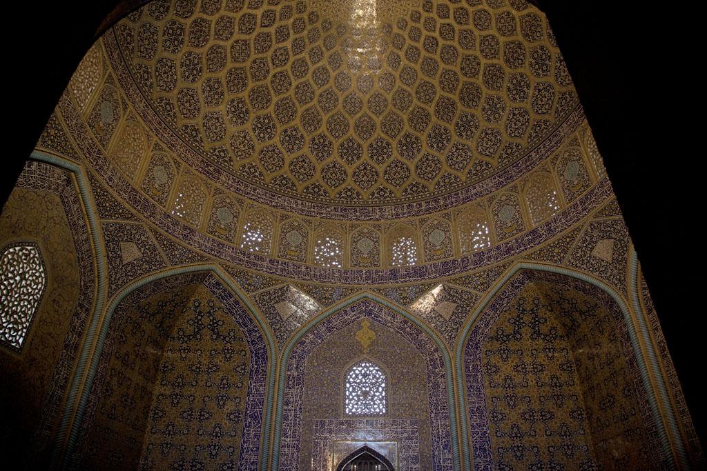 主殿內鋪滿了金色瓷磚