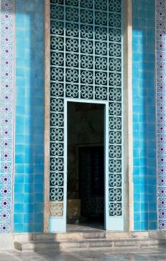 陵墓入口鋪了彩藍色瓷磚