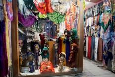 伊朗女性一定要用頭巾,市集內的頭巾店有很多款式
