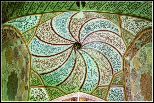 蘇非派教士的祈禱室內半球型的天花,像蘇非派教士載的帽子,寫滿詩句和可蘭經的經文,像旋轉的風車形狀